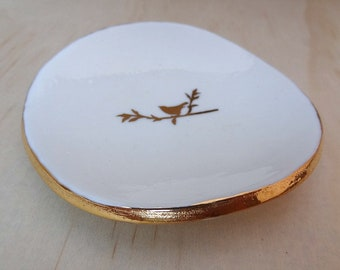 Ceramic ring dish with gold bird and gold rim. Porcelain ring holder. White ring bowl, jewellery holder. Engagement gift, wedding gift.