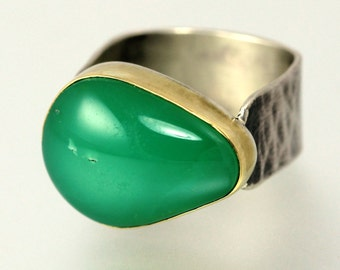 Chrysoprase Ring - Apple Green Stone Ring - Chrysoprase Gold and Silver Ring - Hammered Band - Green Gem 18 KT Gold Bezel Ring - US Size 7.5