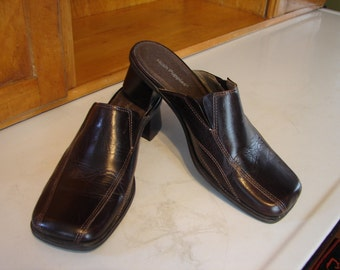 Vintage Hush Puppies brown leather mules, chunky heel, square toe, top stitching, Made in Brazil, Vintage Women;s Shoes, Size 7