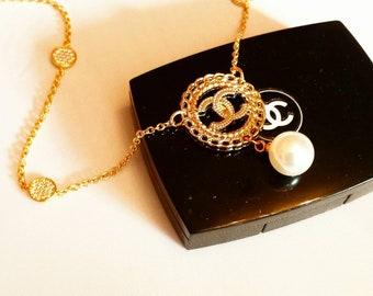 Neue  Halskette  aus Knopf  und  Gold plated Kette mit  Zirconia  Elemente . Statement jewelry .Perle Choker.