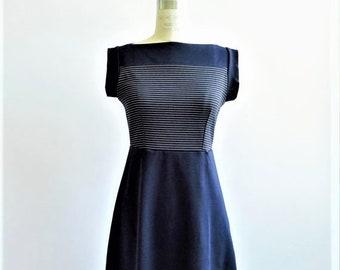 Verkauf 50 % Rabatt auf Streifen Boot Hals Kleid in Marine