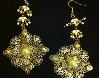 Kunstperlen und vergoldete filigran Braut Ohrringe, ausgefallene Ohrringe, Geschenk, Hochzeitsschmuck, Hochzeit Tag Schmuck