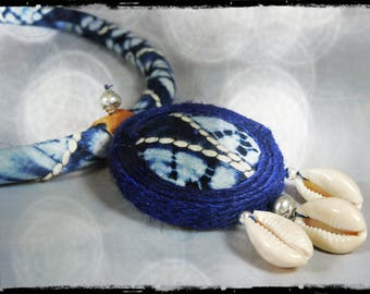 Crew neck - NERIDA - tissue (real indigo batik) white, indigo blue, hand embroidered with beige cotton - 3 cowrie pendant