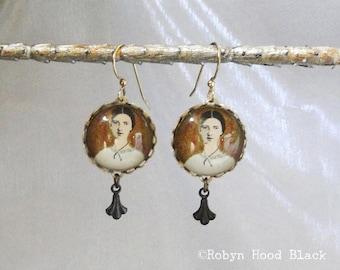Emily Dickinson Ohrringe - Glas Kabine mit Antik Messinganhänger