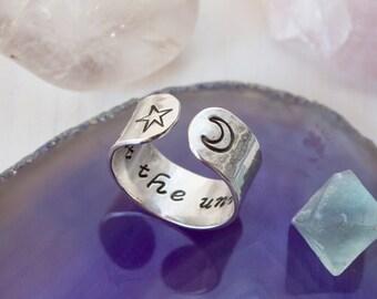 Vertrauen Sie den Universum-Ring. Inspirierende Ring. Von Hand gestempelt Zitat Ring. Stern und Halbmond-Ring. Geheime Nachricht Ring. Yoga-Geschenk. RTS RS003