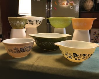Six Vintage Pyrex Bowls of Various Sizes