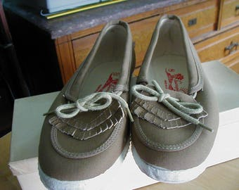 1980's Women's tan canvas shoes never worn sunsports made in China size 8