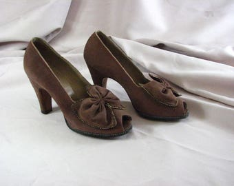 1930/40s Cappuccino Brown Suede Peep Toe  Pumps with Sassy Bow / Delman / Bergdorf Goodman .....  size  4