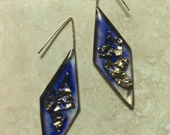 Geometric wire earrings with resin and metallic leaf