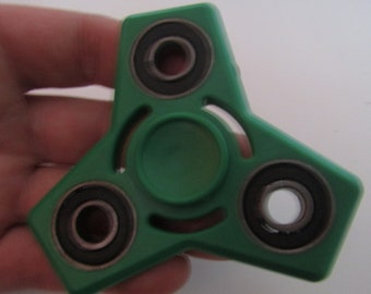 hand spinner (7.5cm between each end)