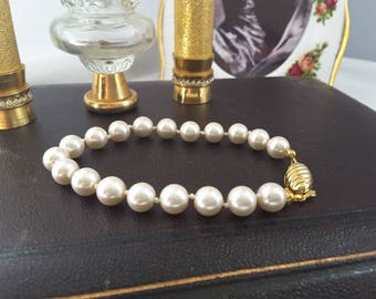 Faux Pearl Single Strand Bracelet with Atrractive Gold Tone Metal Clasp