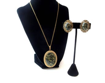 Vintage Unmarked Oval Shaped Gold Tone Metal Marbled Green Stone Cabachon Demi Parure Pendant Necklace & Clip On Earring Set