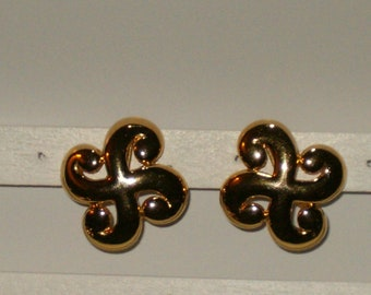 """Vintage Signed Trifari Gold Tone Swirl Ends """"X"""" Style Clip On Earrings 1.25"""" Square"""