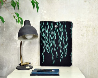 """Laptop Sleeve 15"""" - screenprinted MacBook case for Pro 15in - Black Felt cover with teal Willow Pattern, ecofriendly & vegan"""