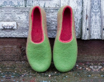 Felted slippers for women Fuschia / Green Slippers with sole, warm women felt slippers handmade from natural wool, Housewarming gift ideas