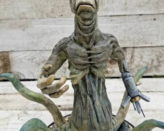 martian/aliens/sci-fi/alien with gun/space/creepy sculptures/creature sculptures