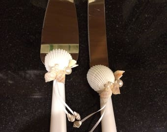 Wedding cake serving set with seashells, pearls and ribbons