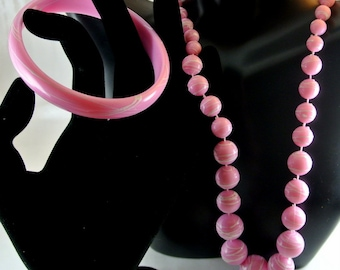 White Swirl Pink Plastic Bead Necklace and Bangle Bracelet 22 Inch Necklace 9 Inch Bangle Vintage 80 Jewelry Set Hot Pink Jewelry