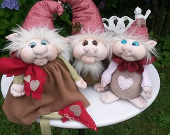 Cloth gnomes sewn by hand with this sewing manual containing four patterns with description and photo step by step and tutorial