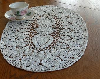 Forme oblongue à la main au crochet fil de napperon, blanc ananas