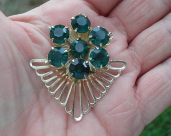 Vintage 1960s Large Emerald Green Rhinestone Gold Tone Pin Brooch Pronged Fan Looking