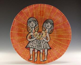 Original bemalte Teller - Gemälde von Jenny Mendes auf einem runden Keramik Teller - paar In Liebe - perfekte Hochzeitsgeschenk für zwei süße Damen
