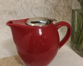 Vintage model HuesNBrews infuser 17 oz teapot in scarlet, built in stainless mesh infuser guarantees you brewing success. 6 in tall