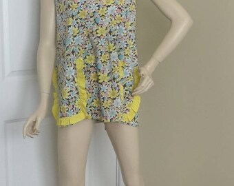 1950s Vintage Smock Cotton Floral Apron with Yellow Trim, Large Pockets with Ruffle Trim, Back Button, Vintage Fabric, Vintage Apron