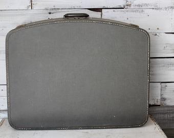 Vintage Green Suitcase / Green Vintage Suitcase / Vintage Farmhouse Decor Suitcase / Vintage Wedding Suitcase Prop for Cards / Favors