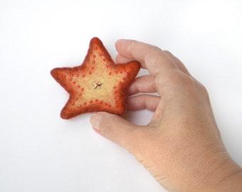 Adorable petite étoile orange en laine feutrée, broche bijou géometrique brodée de pèrles, cadeau porte-bonheur