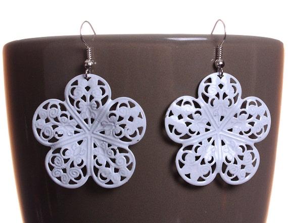 White flower filigree drop dangle earrings (578)