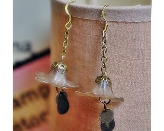Pair of earrings with flowers and softness