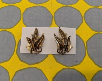 1980s // GOLD LEAF // Vintage Leaf Shaped Earrings