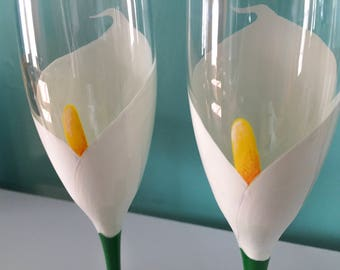 Hand Painted Calla Lily Wedding Glasses - Set of 2, champagne flutes, toasting flutes, white Lily, flower glasses, wedding champagne glasses