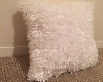 White fluffy pillow// decorative pillow// down alternative// soft pillow// faux fur