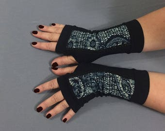 Black fingerless gloves with blue lace