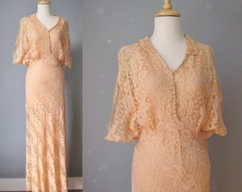 Peach Lace Gown / Vtg 30s or 40s / Boudoir Morning Dress in Peach lace