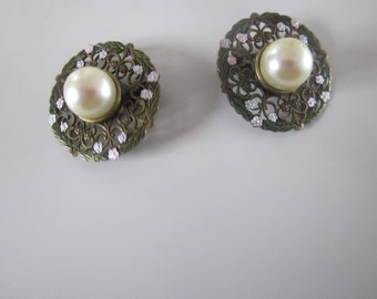 Single Pearl surrounded by gold tone filigree with clip backs