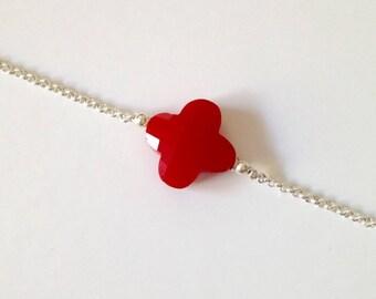 Bracelet fin argenté perle trèfle rouge