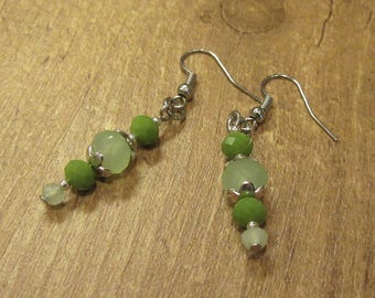 Dangling earrings in green tones