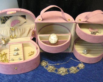 Beautiful suede travel cases for jewellery, jewellery box, suitcases, beautybox, travel.