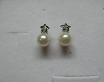 girl's pearl earrings made of 18 carat white gold