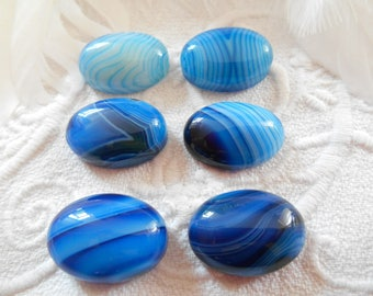 Cabochon 13 x 18 mm blue agate veined.