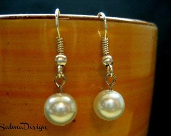 White Pearl earrings. Beaded Earrings. Handmade White Glass Pearl Earrings with silver ear wires. wedding earrings. bridesmaid earrings set
