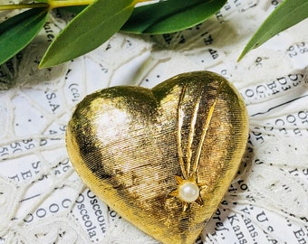 Vintage gold heart shape brooch with a glass pearl