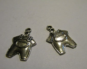 Charms, 2 Baby Overalls & T-shirt on hanger, Antique Siver, pewter, 2 cm  C1002