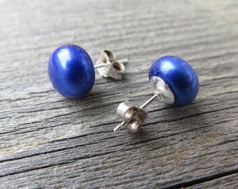 sapphire blue pearl earrings. sterling silver earings. birthstone jewelry. freshwater pearl studs.