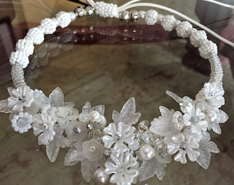 Necklace, white beads, crystal, glass rocailles and Lucite. Wedding. Wedding. Damsel. Party. Party.