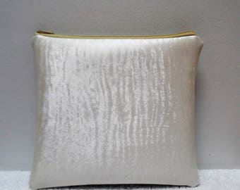 Small clutch in ivory and silver vinyl