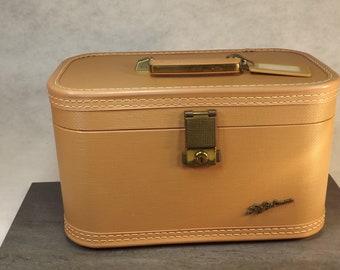 Vintage Lady Balitmore train case , make up case , small luggage